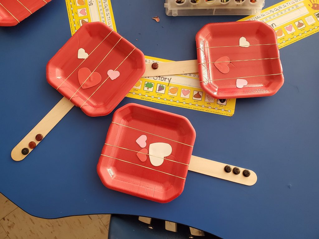 Ukulele Craft With Elastic Bands and a Paper Plate